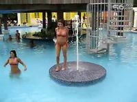 比基尼美女泳池上扭臀热舞 游戏视频