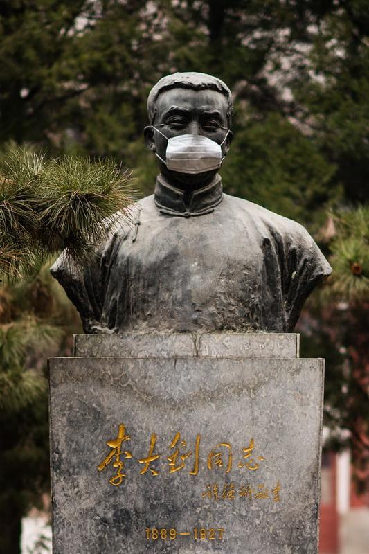 (2/5)北大校园雕塑被戴口罩