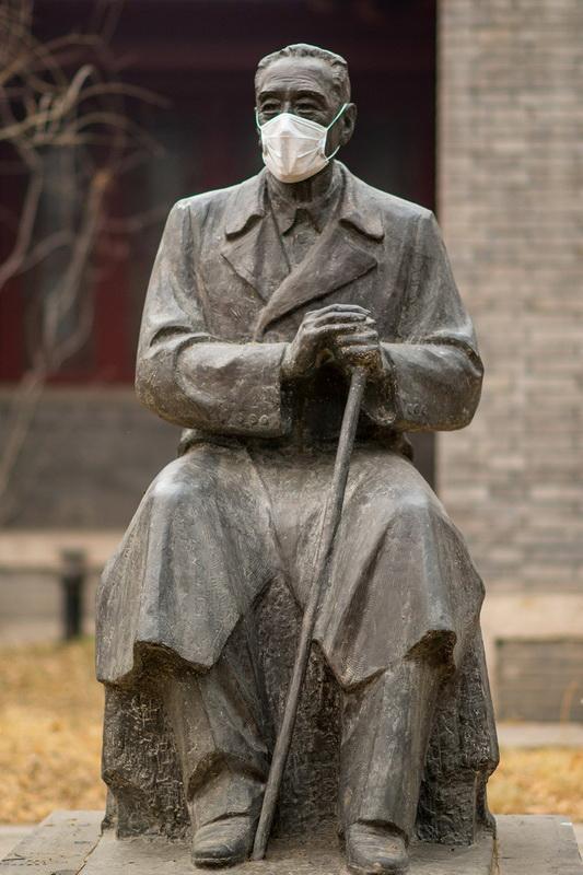 (5/5)北大校园雕塑被戴口罩
