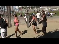 视频: 爆笑整蛊恶搞 放屁恶搞沙滩美女 放屁恶搞沙滩