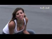 独家视频 美女搞笑驾驶mini摩托车 游戏视频