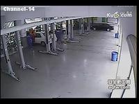 视频 蟒蛇/高清专辑监控实拍4S店内女车主开车差点把工人挤死/游戏视频