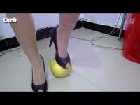 美女踩水果 水果