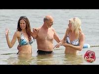 美女陪泳不幸放屁的尴尬国外恶搞 搞笑