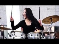 极品美女鼓手街头献艺 视频