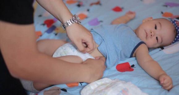 给新生儿换尿布步骤图解